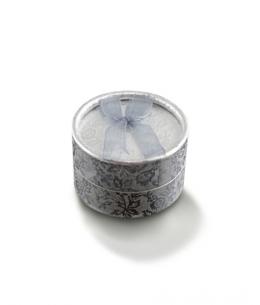 Dárková krabička na šperky - kulatá stříbrná s květinovým vzorem a mašličkou