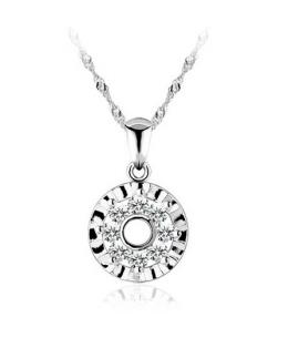 Stříbrný přívěsek ve tvaru kruhu se zirkony z pravého stříbra (925/1000)