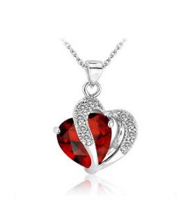 Krásný pozlacený přívěsek ve tvaru dvojitého srdce se zirkony a s krystalem s imitací rubínu