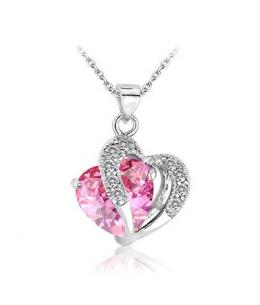 Krásný pozlacený přívěsek ve tvaru dvojitého srdce se zirkony a s krystalem s imitací růžového rubínu