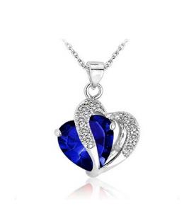 Krásný rhodiovaný přívěsek ve tvaru dvojitého srdce se zirkony a s krystalem s imitací safíru